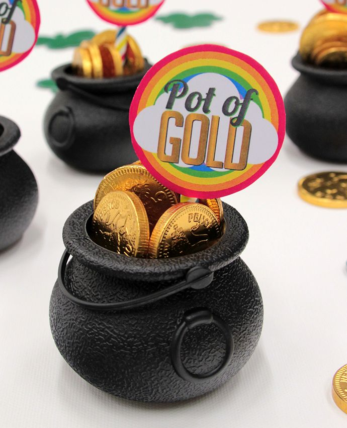 Celebrate St Patrick's Day 2017 with these pot of gold party favours! Perfect for anyone throwing a St Patrick's Day party, simply fill mini cauldrons left over from Halloween with chocolate coins and download our free printables. Find more easy St Patrick's Day party ideas on the Party Delights blog.