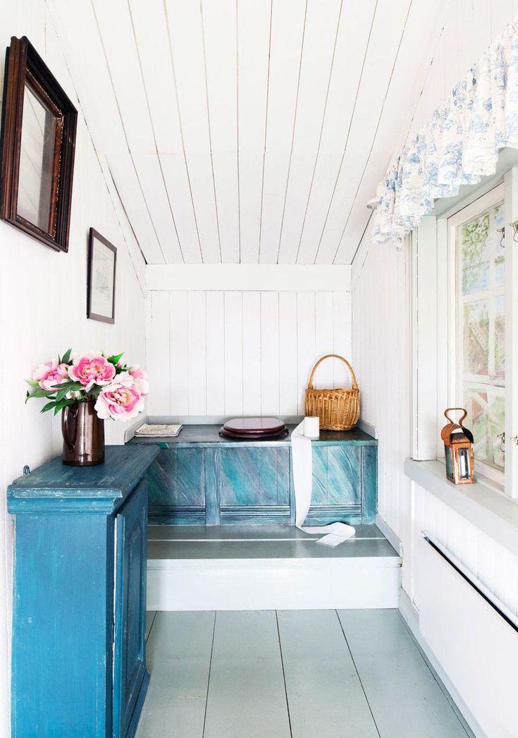 Utedass i vitt och blått. Skåpet är arvegods. Gardiner sydda av 'Toile de Jouy'-tyg. Bänken är fint ådringsmålad.