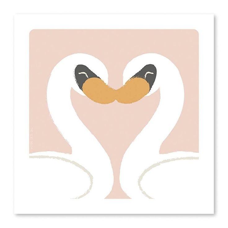 Poster Zwanen 21x21cm Je ziet het al aan het hartje dat ze samen vormen: deze zwanen blijven altijd bij elkaar, is dat niet hartstikke lief? Perfect om kado te geven aan iemand die jij hartstikke lief vindt of beter nog, in een lijstje op je eigen kamermuur te hangen om van het mooie plaatje te genieten! roze meisjes