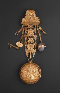 Chatelaine in simil-oro con orologio, chiave di carica, boccetta porta essenze. Museum of Fine Arts di Boston, 1770 circa.