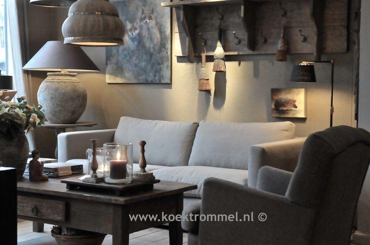 zitbanken, fauteuils, tafels, schilderijen en verlichting
