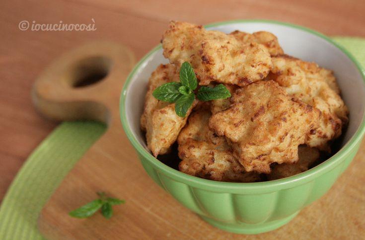 Le frittelle di cavolfiore sono un gustoso contorno a base di cavolfiore lessato avvolto in una croccante pastella a base di farina e acqua.