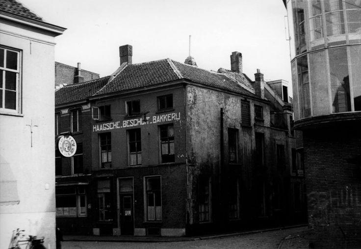 De Pauwstraat (links) in 1945. De fotograaf staat met de rug naar de Korenmarkt. Op de hoek met de Munsterstraat (schuin rechts) zal toen de Haagsche Beschuit Bakkerij.