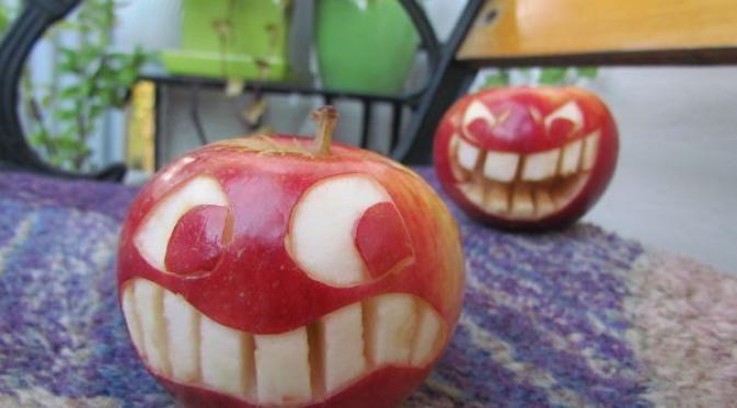 Uniknya Ukiran Ekspresi Wajah dari Apel