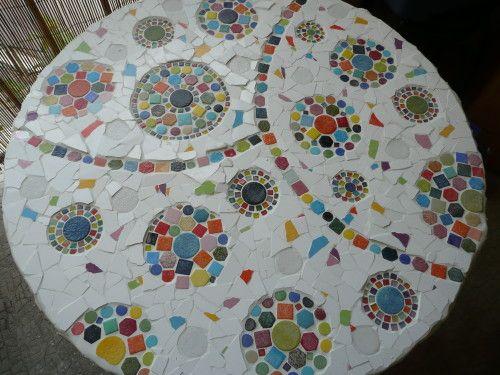 Toujours dans l'esprit récup, des tonnes d'idées pour faire de ces bobines tables ou fauteuils !!! On peut les recouvrir de mosaïque comme l'a fait LISSOU ! Elle fait aussi plein de récup, un blog à voir ! On peut aussi peindre comme FLORIE ! Elle a plein...