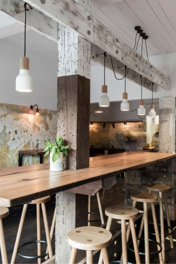 cuisine avec table bar, lampes suspendues, déco style grange