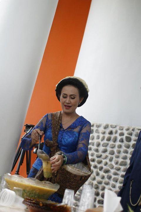 Dalam pernikahan adat Jawa terdapat prosesi Dodol Dawet atau Berjualan Dawet. Ibu dari pengantin yang berjualan dan melayani pembeli, sedangkan bapak pengantin akan menerima pembayaran.