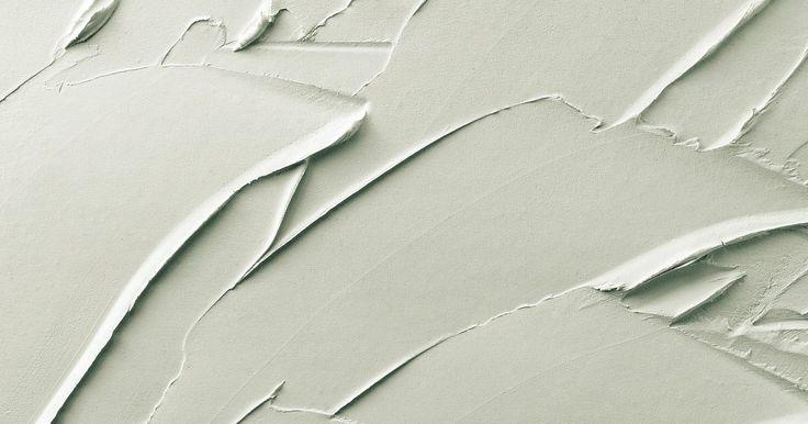 Cómo colocar placas de yeso en el techo. Los paneles de yeso para techos o techos bajos no se aplican directamente a la superficie de un techo original. Los paneles de yeso se aplican a un bastidor de soporte que crea un espacio entre el techo nuevo y el viejo. La instalación de un techo de paneles de yeso no es tan complicado de hacer como parece. La parte más difícil es el tiempo que ...