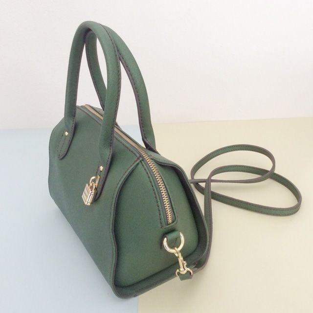 Tommy Hilfiger 6926380200 - 210₺ Yeşil renkli, fermuarlı elde taşınabilen ve omuz askılı Satchel/Duffel çanta. Yapay Deridir, Küçük boyuttadır. Sipariş için Arayabilir, SMS veya E-Posta yollayabilirsiniz.