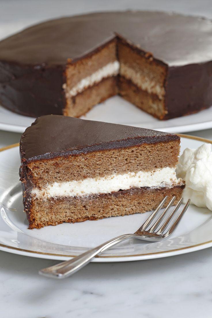 Allemaal prachtig, diefancykookboeken, maar soms verlangen we gewoon terug naar de zelfgemaakte gerechten van onze moeder. Het boekHuisgemaakt van Angela Prins is daar perfect voor: voleenvoudige en lekkererecepten voor liefhebbers van lekker eten. Wij mogen een van dereceptenmet jullie delen: kastanjetaart met chocolade. Verwarm de oven voor op 160 graden.Vet een bakvorm in met boter …