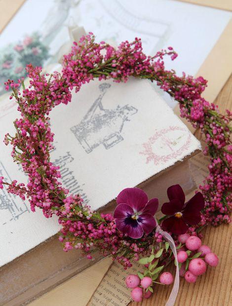Früher häufig als Kopfputz verwendet, dienen selbstgebundene Blumenkränze heute meist als Zierwerk für Tische und Türen. Liegend oder hängend kommt auch dieses schlichte Kunstwerk gebührend zur Geltung.