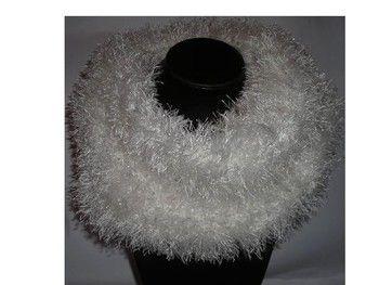 Joli Snood ou Écharpe Tube,  en laine 100% polyester, fait main. C'est un croisement entre une écharpe et un col roulé inachevé. Il se passe par la tête et lorsqu'il a pris sa place autour du cou, on a bien chaud, on l'appelle aussi Cache Col XXL dont les 2 extrémités se rejoignent pour ne former qu'un seul et même col. Effet fourrure de couleur blanche.  Dimension : Hauteur : 25 cm Largeur : 30 cm. Tout doux au toucher, Il vous protègera des longs frimas de l'hiver.