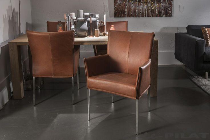 Cognac leren eetkamerstoel Linge is een grote eetkamerstoel met vierkante rvs pootjes - Woonwinkel Alle Pilat #interieur #eetkamerstoel #leer #rvs #inspiratie #stoel