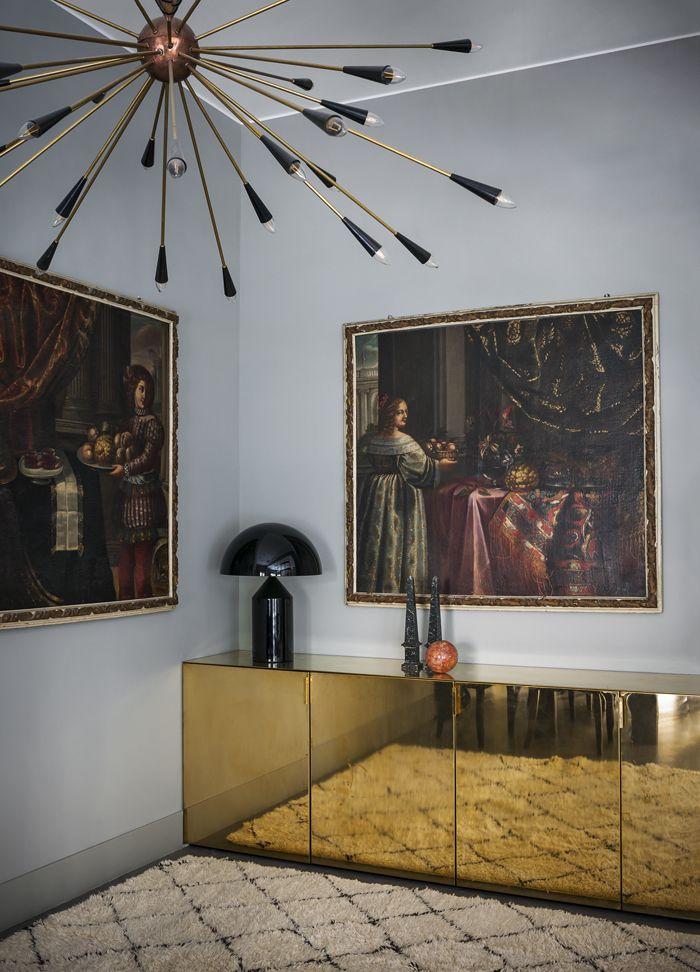 Dans la salle à manger trônent deux tableaux du XVIIe siècle et un grand buffet doré, conçu par Studiopepe.
