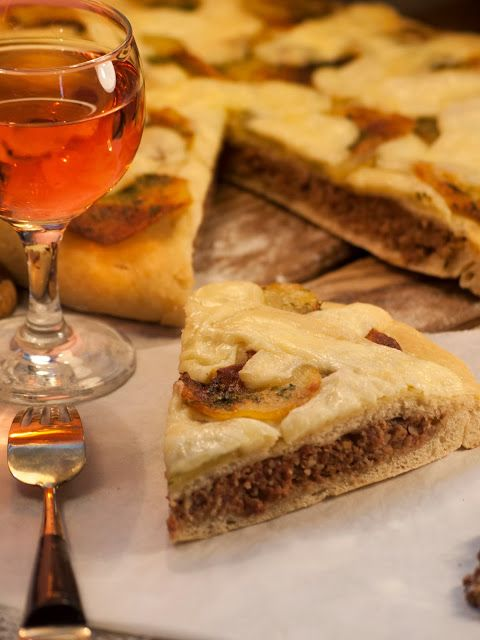 Pizza aux pommes de terre et son double fond farci, la recette ici : http://www.katyseats.com/2013/10/pizzaauxpommesdeterreetsondoublefondfarci.html