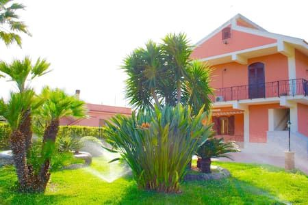 Dai un'occhiata a questo fantastico annuncio su Airbnb: VILLA STERLIZIA - Ville in affitto a Gallina