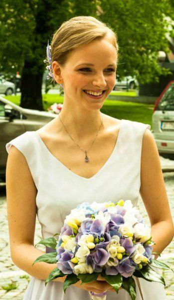 Kytice nevěsty z hortenzií, frézií a eustom