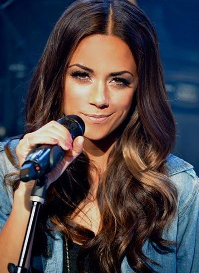 Jana Kramer | One Tree Hill | LOVE the pick-a-boo subtle highlight in her hair!