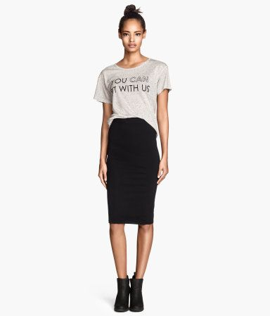 Printed tee with plain fitted high-waist knee-length skirt
