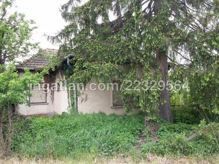 Eladó Karádon, a Balatontól 17 km-re, téglából épült, felújításra szoruló családi ház, 9000 m2 művelésre alkalmas földterülettel, nyári...