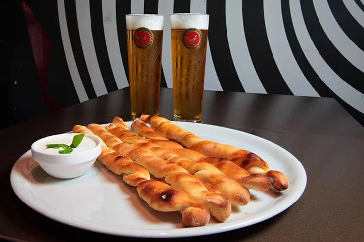 eeej tak takéto pizza štangle a dve pivká si môžete vychutnať vďaka pivnej púti. #pivnaput #pizza #beer #slovakia #bratislava #food #bestfood  https://www.zlavomat.sk/zlava/560309-dve-male-piva-a-k-tomu-pizza-stangle-podla-vyberu
