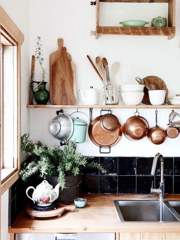 Já pensou em deixar seus utensílios e alimentos à mostra na cozinha?As prateleiras e armários abertos podem ser usados tanto em todo o ambiente quanto em