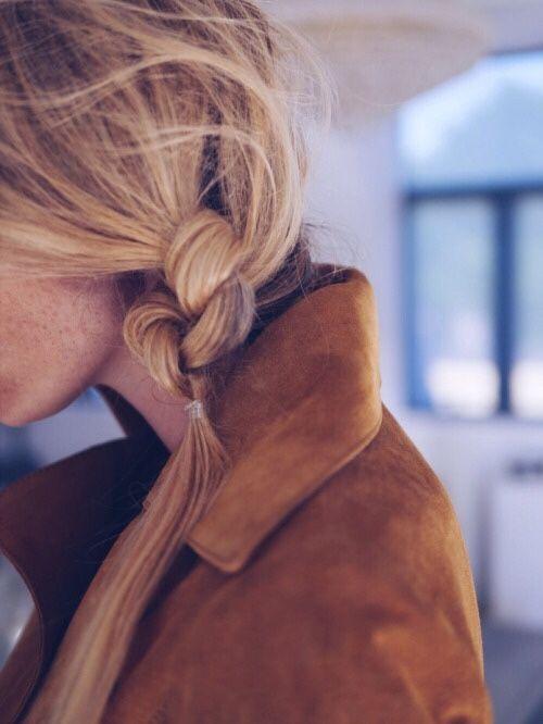[Romy] Ihre blonden Haare hat sie oft zu einem Seitenzopf geflochten.