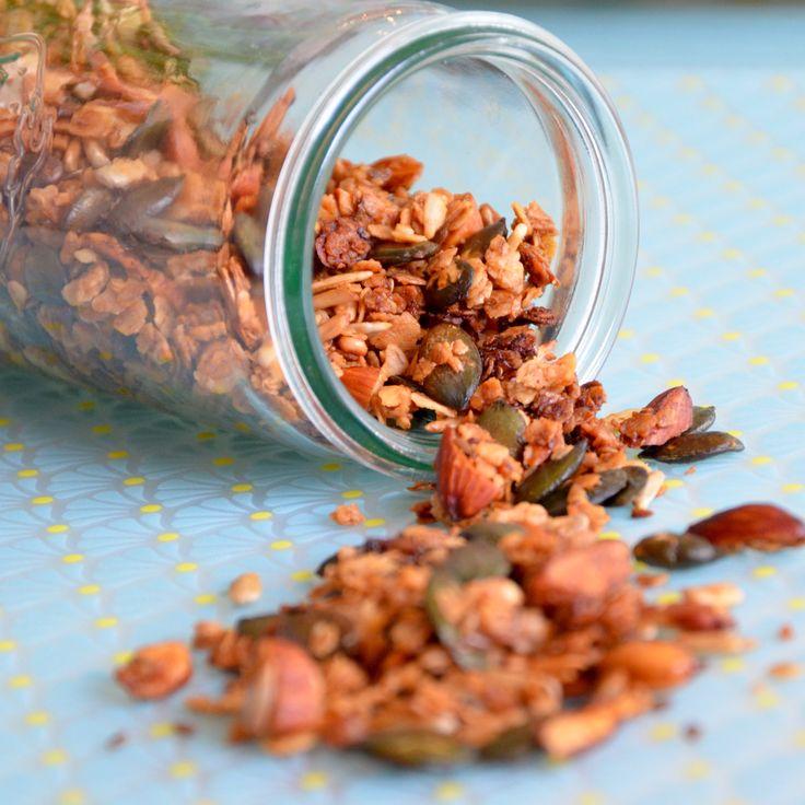 Hjemmelavet granola er virkelig lækkert til morgen mad, oven på skyr eller yoghurt. Eller som en lille værtindegave, i en cellofanpose med en pæn sløjfe på, det gør en hver kvinde glad. Opskrift: 100g havregryn 40g hørfrø 60g solsikke 50g mandler 50g græskarkerner 2 spsk kokosolie 1 spsk honning 50g mørk chokolade Fremgangsmåde: Smelt kokosolie …