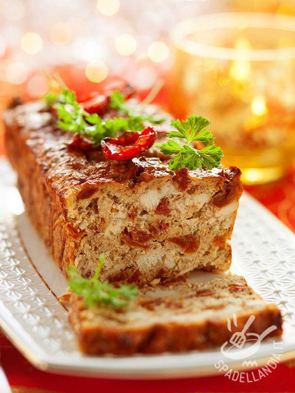 La Terrina di pollo e pomodori secchi è un piatto molto versatile che si presta al menu settimanale in famiglia come a un brunch raffinato.