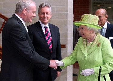 En un gesto histórico de reconciliación, la reina Isabel II de Inglaterra y el exintegrante del Ejército Republicano Irlandés (IRA) Martin McGuinness se dieron un apretón de manos durante una visita de la monarca a Belfast.