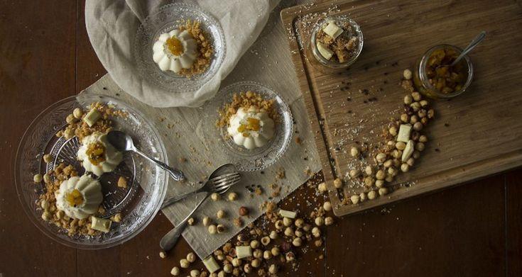 Πανακότα με λευκή σοκολάτα και crumble φουντουκιού από τον Άκη. Υπέροχη συνταγή για πανακότα με λευκή σοκολάτα, crumble φουντουκιού και chutney μήλου.