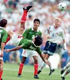 MEXICO Hugo Sánchez. La Chilena es una acrobacia que se volvió popular en el mundo del fútbol para meter goles con estilo. Movimiento aéreo creado por Ramón Unzaga en Chile. http://www.linio.com.mx/deportes/futbol/