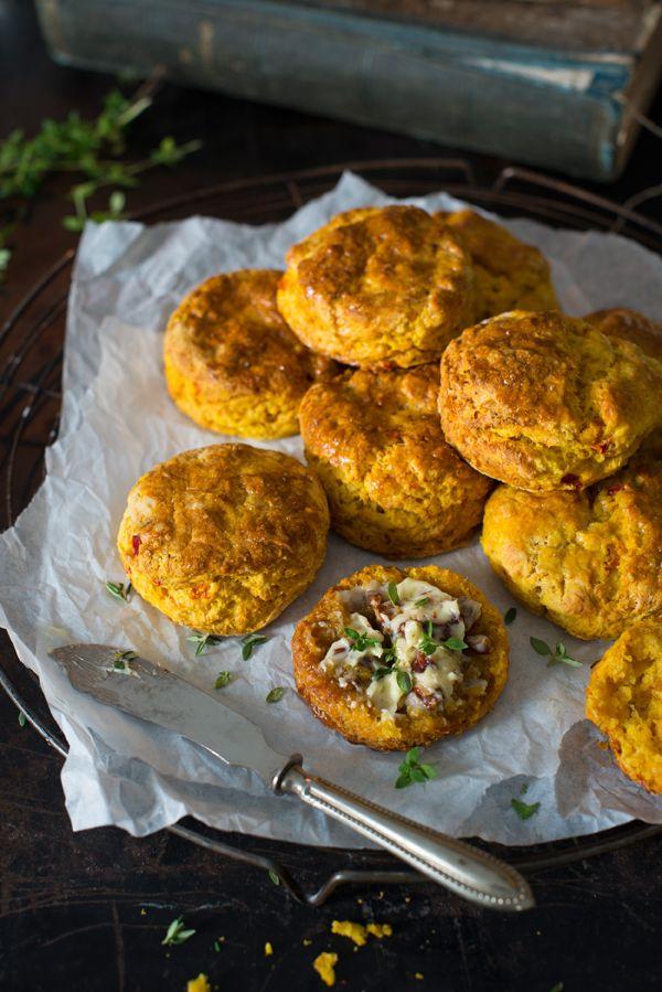 {Kürbis-Scones } mit Cheddar, Chili und einer süßen Butter mit zimtig-pfeffrigen Pekannüssen und Thymian