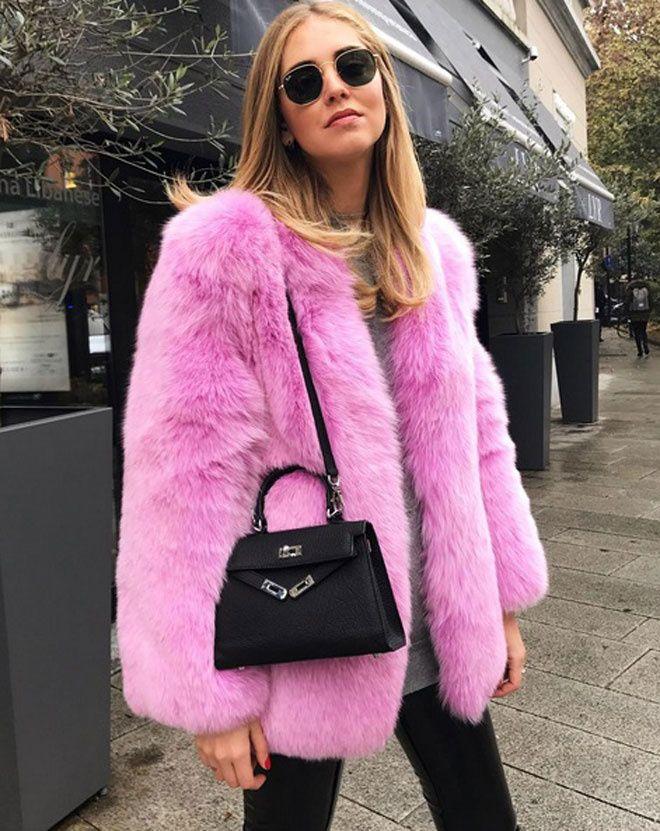 Chiara Ferragni à Milan avec un manteau de fourrure rose !