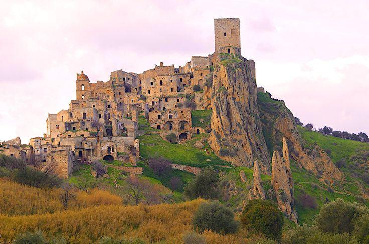Cidade Fantasma de Craco, Itália                                                                                                                                                                                 Mais
