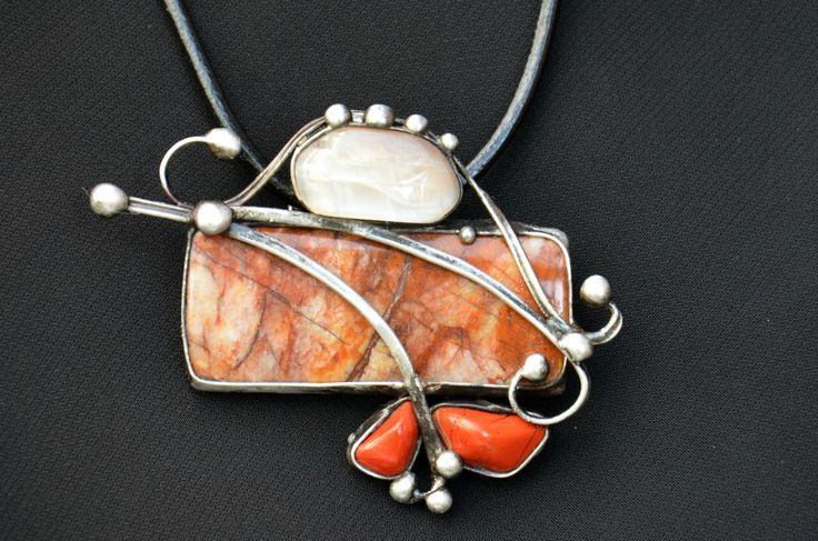 V hnědém - picasso jaspis, měsíční kámen Šperk je vyroben cínováním. Je tvořen jedním velikým picasso jaspisem, který nasvětlém podkladěmá nádhernou kresbu v různých odstínech hnědé.Kámen je velmizajímavý tím, že je matný. Měří5,5 x2,5 cm,dalšími kameny jsou, světounký měsíční kámen se svými tajemnými nádechy a dvačervené ...