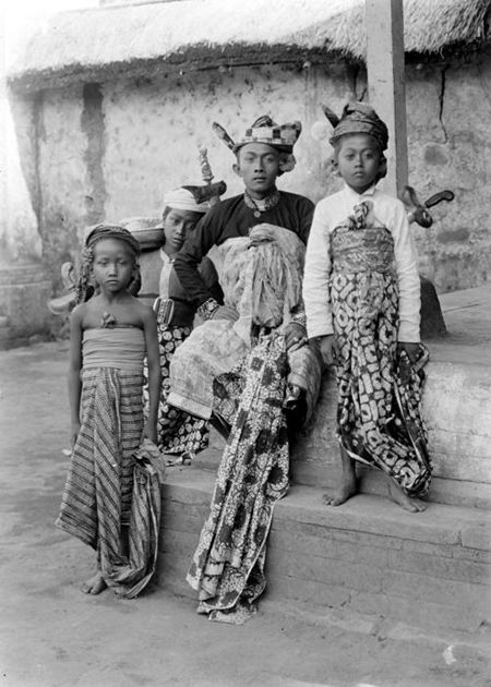 A Balinese family (c. 1910-1920)