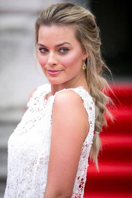 Margot Robbie dons a beautiful loose French braid // #wedding #hair #beauty