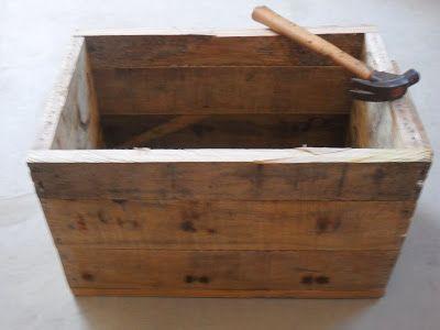 Com alguns pallets de madeira, dobradiças, cola e alguns pregos; fiz um bau de ferramentas super simples e fácil.      Depois de desmontar a...