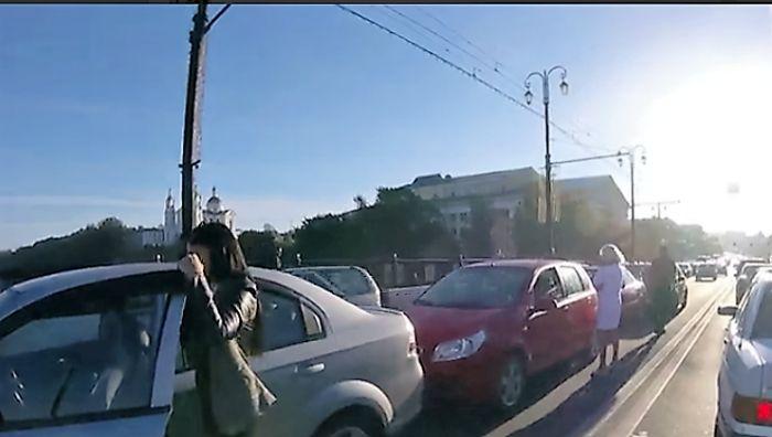 ДТП на Кировском мосту Ранним утром, в восемь, когда большинство жителей нашего города спешит на работу, на мосту Кирова, что ведет от железнодорожного вокзала в центр города, образовалась самая настоящая пробка. Около получаса пришлось стоять водителям, пока с