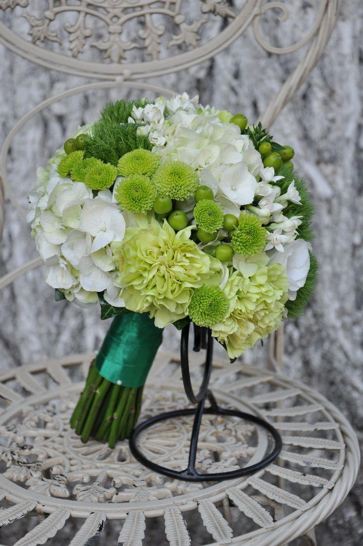 #Buchet de #mireasă cu #hortensia, #crizanteme, #garoafe, #bouvardia - #livrare în #Moldova. #bridalbouquet #wedding #flowers