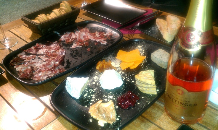 Queso - Embutidas - Champagne - What else?