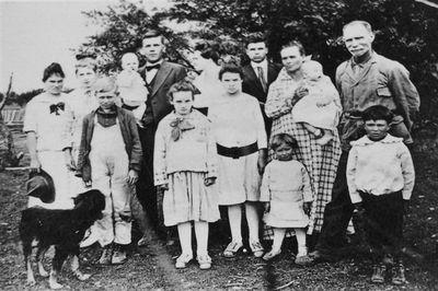 My great grandparents, Ben & Laura Alexander McPherson, and family  http://mem55.typepad.com/caddo_my_home_town/images/2007/05/10/benmcpherson1.jpg