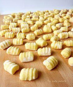 Gnocchi di patate :1 kg patate farinose lessate-150 g farina-120 g fecola patate-50 g uova (1uovo)- 20 g tuorli (1 tuorlo)-noce moscata-sale Spolverizzate il piano di lavoro con parte della farina prevista, passate le patate ancora calde con lo schiacciapatate. Condite con un pizzico di sale e una grattugiata di noce moscata.Unite la farina restante (tenendone da parte una manciata), la fecola, la noce moscata, le uova e i tuorli. Lavorate e lasciate raffreddare bene.