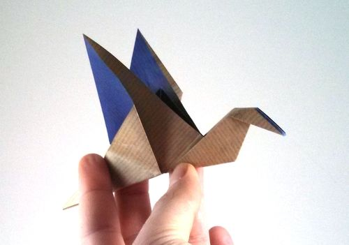 Two tone origami flapping bird - http://www.ikuzoorigami.com/two-tone-origami-flapping-bird/