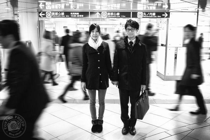 Jeunes amoureux volontaires pour la photo, dans le métro de Tokyo, Japon © Clément Racineux / Tonton Photo