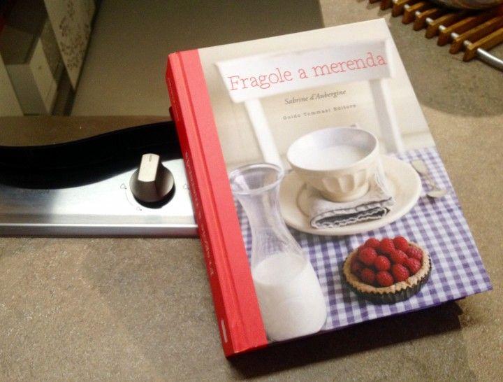 """""""Il posto di """"Fragole a Merenda"""" è quello più vicino al cuore. Perché non è un libro di ricette e basta (...) racconta tante storie, alcune felici, altre malinconiche. Alcune buffe fino alle lacrime. Poi si ci sono anche dosi, consigli sulla cottura e su come non rimanere impigliati nell'impasto del pane (...) Ma c'è di più in queste pagine. Fragole a Merenda è un racconto, un abbraccio sincero, un dono che sarebbe sbagliato non accettare"""" (da""""Titoli di viaggio"""" e da Viviana)…"""