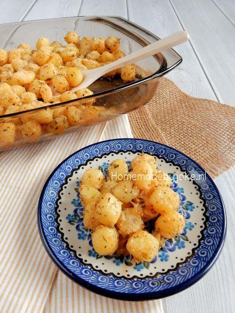 Aardappeltjes uit de oven met Parmezaanse kaas. Een heerlijk en gemakkelijk te maken recept. Lekker bij vlees, vis en heerlijke verse groentes.