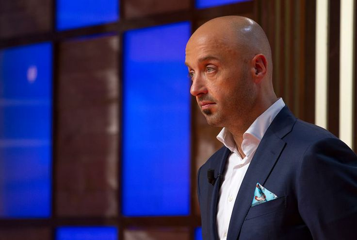 The famous Joe Bastianich is wearing a KINLOCH ROOSTER POcket Squares in the latest edition of Master Chef! Shop this chic hanky at WWW.FINAEST.COM! Worldwide Delivery | #joebastianich #masterchef #style #finaest #kinloch #rooster #hanky #pochette #handkerchief #pocketsquare #dapper