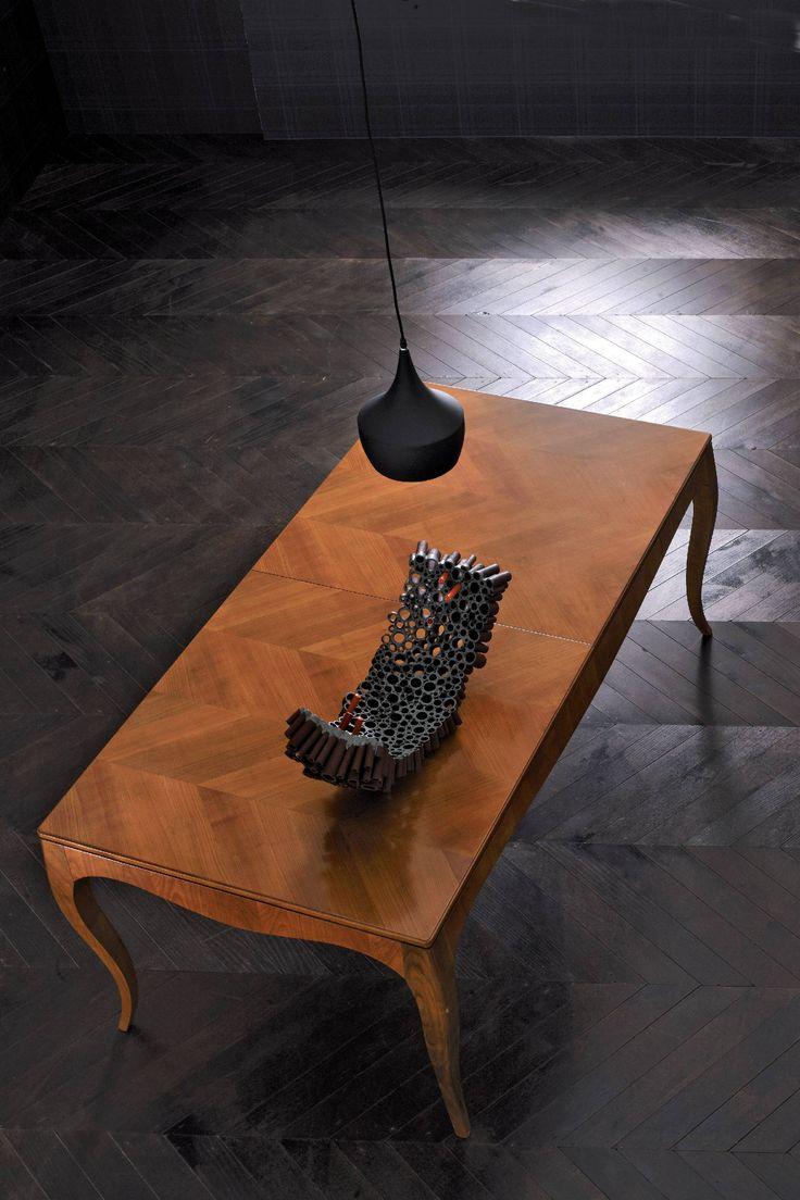 LUIGI XV, tavolo allungabile in legno di ciliegio o noce canaletto con pregiata impiallacciatura a spina di pesce.